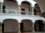 El MACO funciona en una antigua casa colonial restaurada para fines culturales, con patios amplios y sectores de muestras en las dos plantas.